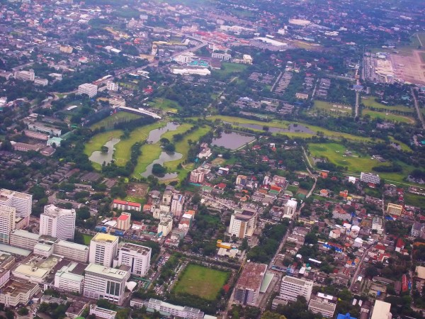 Plenty of green in this air photo with the tall white buildings of Suan Dok Hospital in the lower left corner with its square gree playing field. But who plays in the rest of the green dark & light?